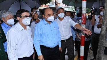 Chủ tịch nước Nguyễn Xuân Phúc tặng quà, động viên người dân TP Hồ Chí Minh khắc phục khó khăn, chiến thắng dịch bệnh