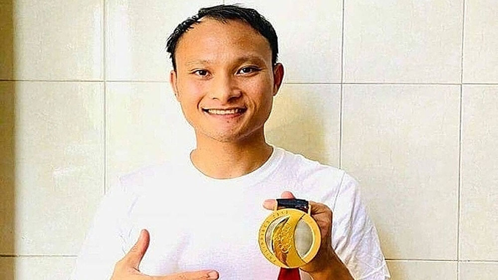 Vietnamese footballer, SEA Games, gold medal, Covid-19 relief, Nguyen Trong Hoang, gold medal for auction, help the community