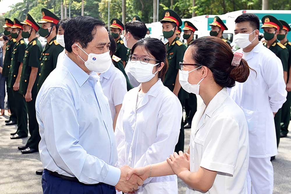 Thủ tướng Phạm Minh Chính động viên đội ngũ y bác sĩ tại lễ phát động chiến dịch tiêm chủng vắc xin phòng, chống Covid-19 trên toàn quốc, ngày 10/7 - Ảnh: VGP