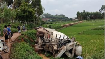 Bắc Giang: Xe ô tô chở bê tông tươi bị lật xuống ruộng lúa
