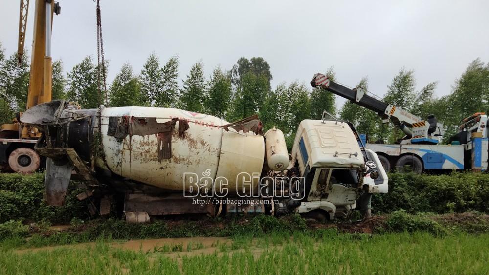 Bắc Giang, xe ô tô, chở bê tông tươi, bị lật xuống ruộng lúa, tai nạn, giao thông, Lục Nam