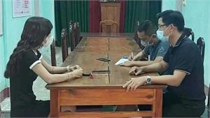 Điều tra vụ việc cô gái lột nội y giữa cầu Trường Tiền phát tán lên mạng để kiếm tiền