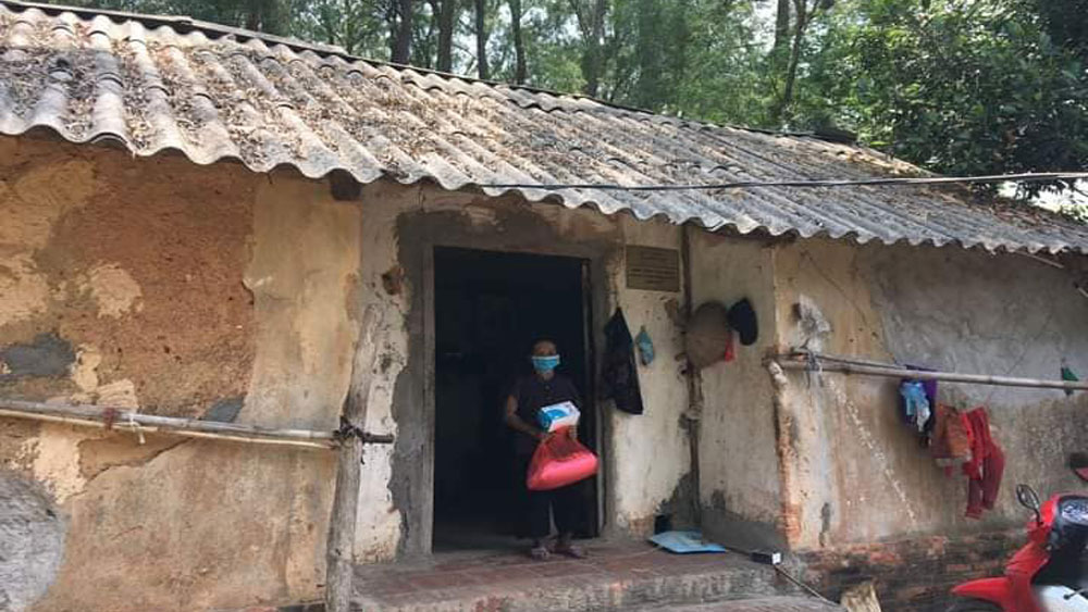 87-year-old woman, Bac Giang province, mentally ill son, needs help, Hoang Thi Canh, seriously degrading house, difficult conditions