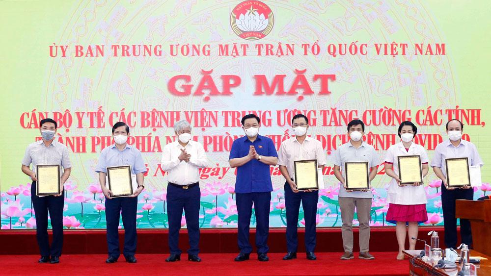 Chủ tịch Quốc hội Vương Đình Huệ gặp mặt cán bộ y tế tăng cường phòng, chống dịch tại phía Nam
