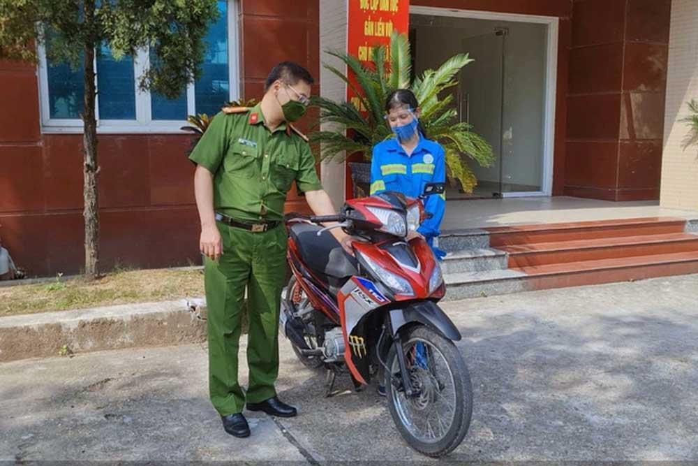Nữ công nhân, gom rác ,  tặng bốn xe máy