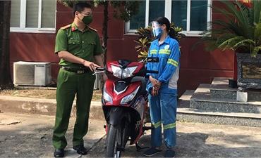 Nữ công nhân gom rác được tặng bốn xe máy