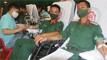 """""""Ngày hội hiến máu cứu chữa đồng đội"""" tại Trường Quân sự Quân đoàn 2"""