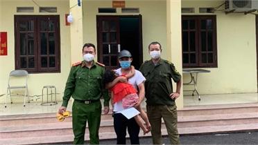 Việt Yên: Công an đưa bé gái bị lạc về với người thân