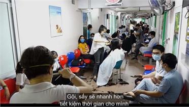 Hàng trăm y, bác sĩ đồng loạt 'xuống tóc' đi chống dịch