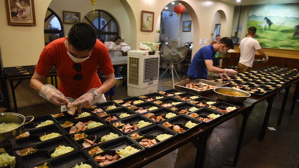 Unemployed, underemployed Hanoi chefs get busy feeding Covid-19 warriors