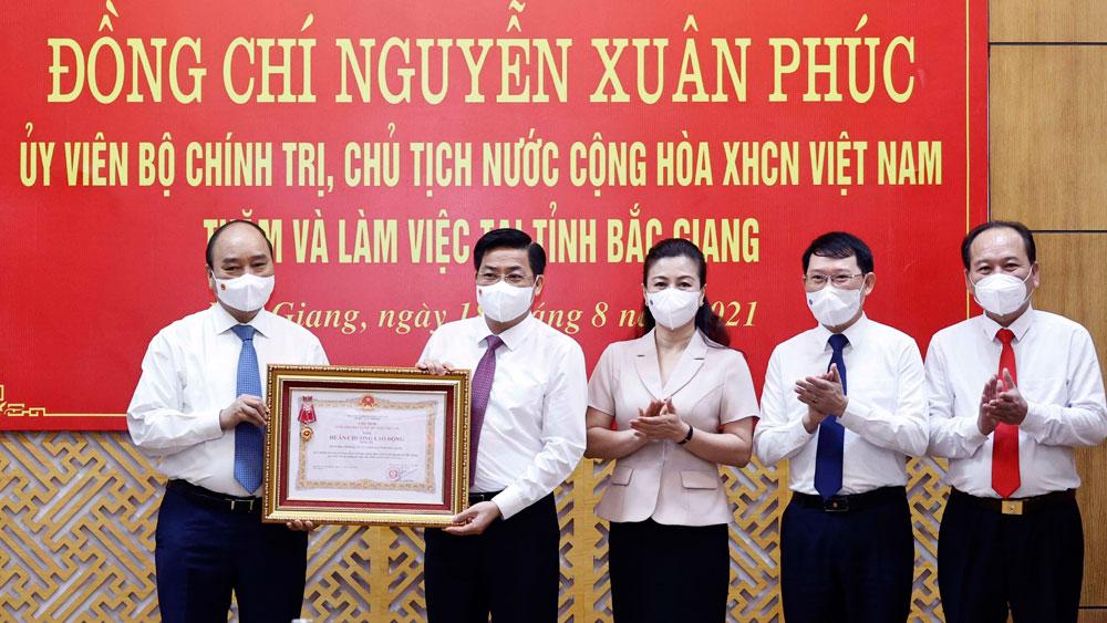 Chủ tịch nước Nguyễn Xuân Phúc tặng Huân chương Lao động hạng Ba cho tỉnh Bắc Giang.