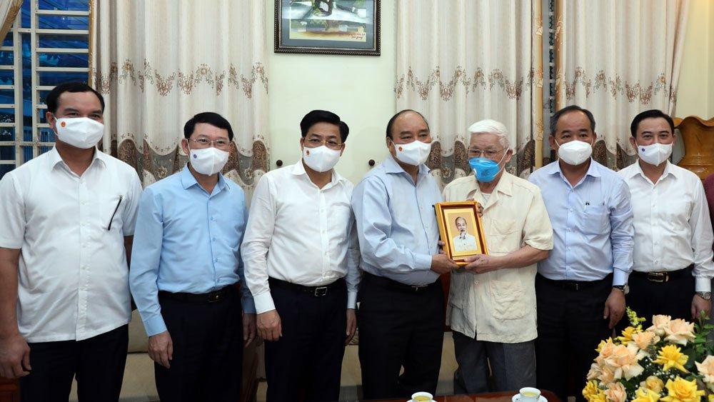 Chủ tịch nước Nguyễn Xuân Phúc tặng quà lưu niệm cho đồng chí Nguyễn Thanh Quất.