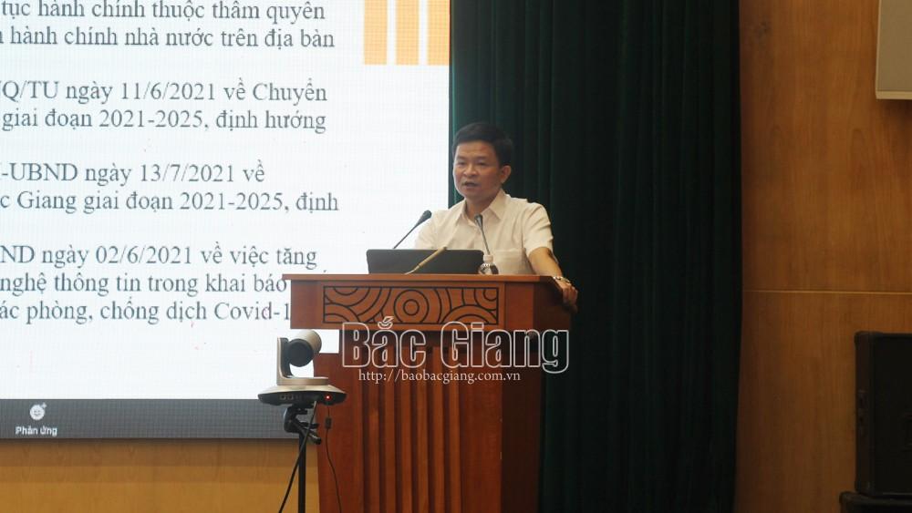 Ông Nguyễn Gia Phong, Phó Giám đốc Sở Thông tin và Truyền thông hướng dẫn tại điểm cầu Bắc Giang.