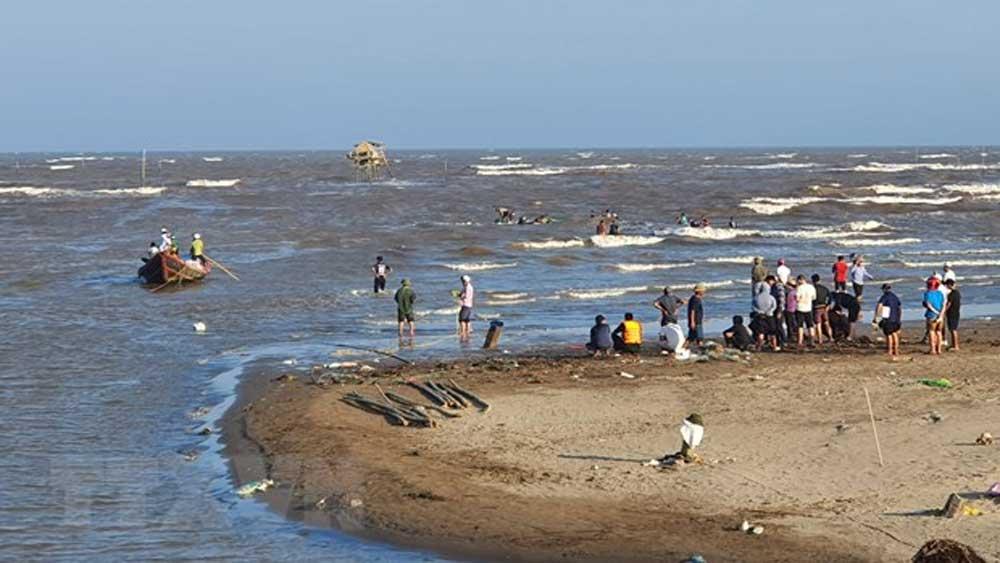 Tắm ở cửa biển, 3 người mất tích