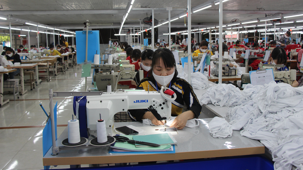 Nine prestigious exporters, Bac Giang province, Ministry of Industry and Trade, domestic businesses, garment and textile, smartphone and component, solar panel products