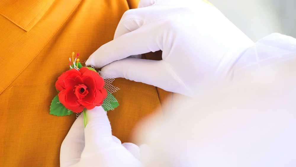 """Ý nghĩa của nghi lễ """"Bông hồng cài áo"""" trong lễ Vu Lan"""