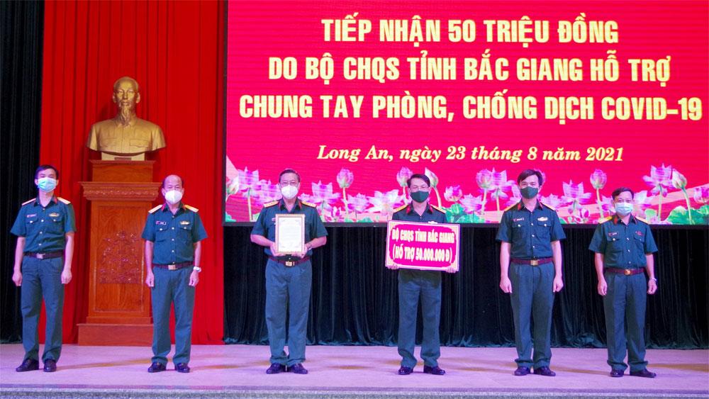 Bộ CHQS tỉnh Bắc Giang ủng hộ Long An kinh phí phòng, chống dịch