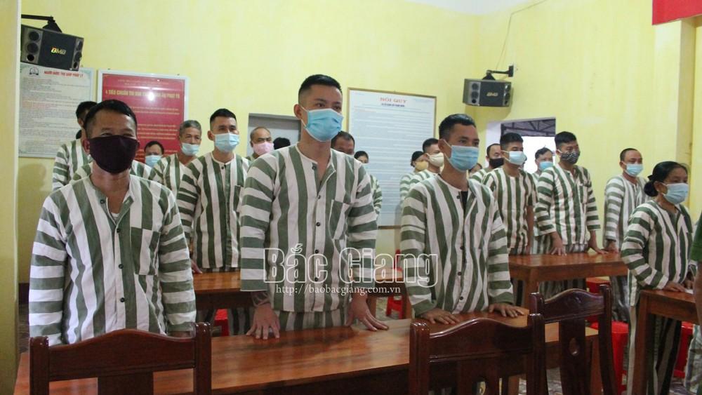 Các phạm nhân nghe lãnh đạo Trại tạm giam công bố quyết định đặc xá.