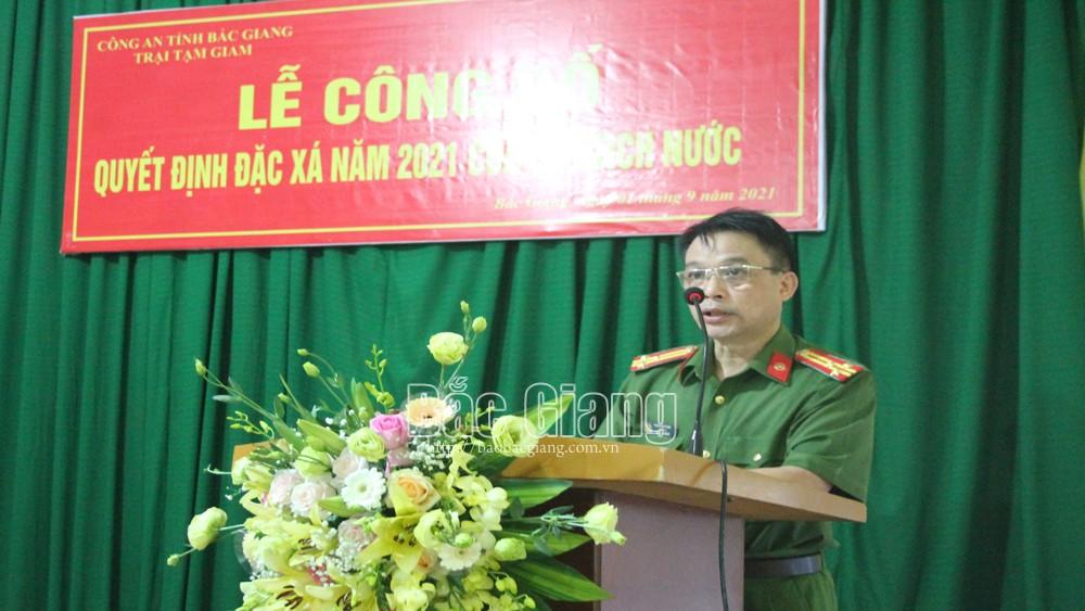 Thượng tá Thân Văn Tuấn công bố các quyết định đặc xá.