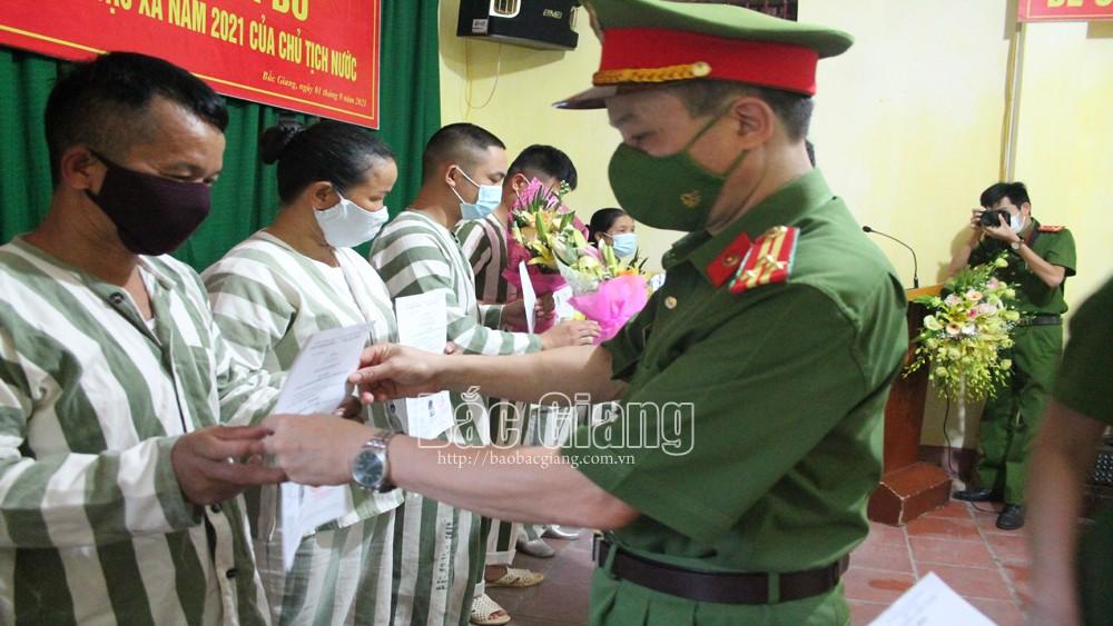 Thượng tá Thân Văn Tuấn trao quyết định đặc xá cho phạm nhân.