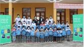 Tặng 416 cặp sách cho học sinh huyện Lục Ngạn