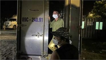 Tài xế giấu bố trong thùng phuy để vượt chốt kiểm dịch vào Hải Phòng