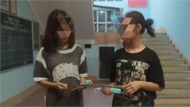 Phát hiện 2 nữ sinh mang theo dao kiếm khi đi đường ở Yên Dũng