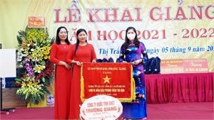Đồng chí Lâm Thị Hương Thành trao tặng Cờ thi đua cho Trường Tiểu học Đức Thắng số 1