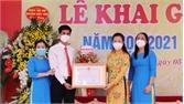 Đồng chí Lê Thị Thu Hồng trao danh hiệu Tập thể Lao động xuất sắc cho Trường THCS Thân Nhân Trung
