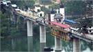 'Ngôi làng' kỳ lạ nằm chông chênh trên cây cầu dài 400 m
