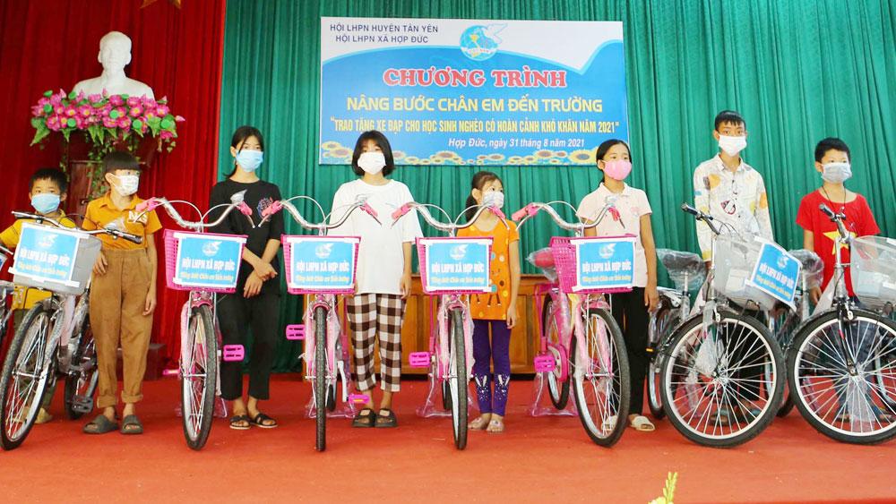 """Phong trào """"Biến rác thải thành xe đạp"""": Nối dài ước mơ đến trường"""