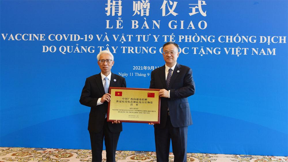 Tỉnh Quảng Tây (Trung Quốc) trao tặng các địa phương Việt Nam lô vật tư y tế giá trị lớn