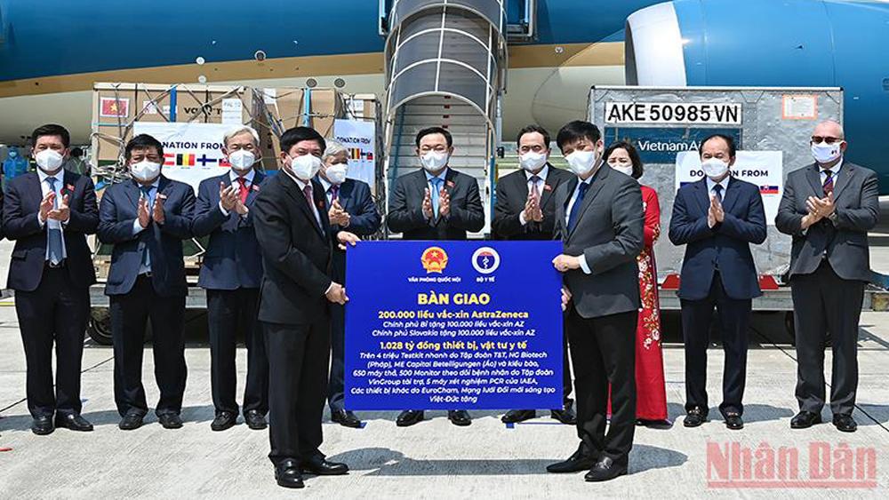 Chủ tịch Quốc hội chứng kiến lễ bàn giao hàng viện trợ cho Bộ Y tế, MTTQ Việt Nam