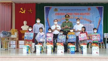 Tuổi trẻ Công an Bắc Giang tổ chức chương trình nâng bước chân em đến trường