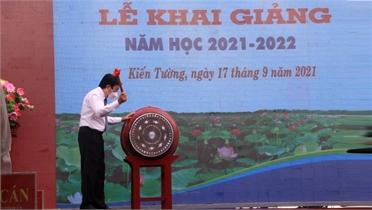 Nguyên Chủ tịch nước Trương Tấn Sang dự khai giảng năm học mới tại Long An