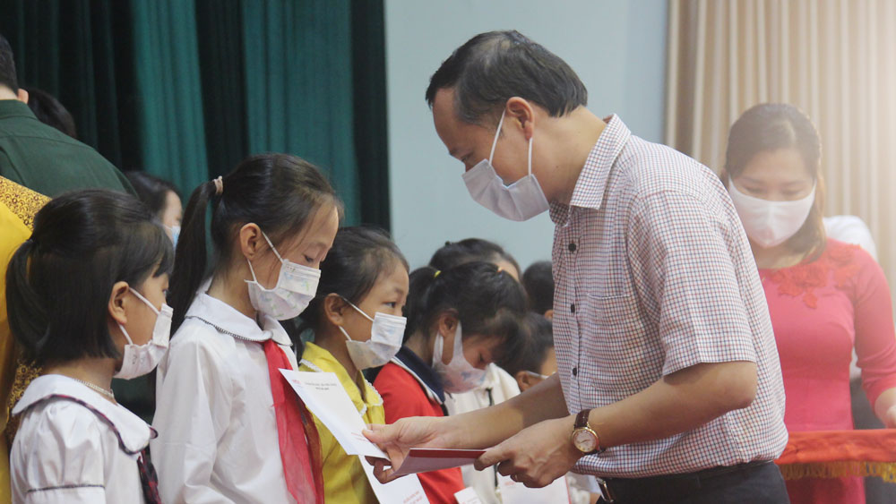 Bắc Giang, tặng quà, trẻ em, Vì em hiếu học, khuyến học