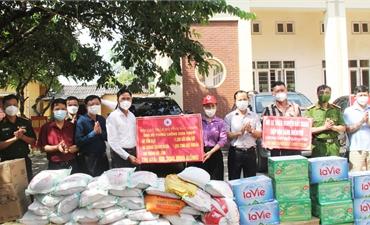Phó Chủ tịch Thường trực UBND tỉnh Mai Sơn trao quà cho khu cách ly và gia đình khó khăn