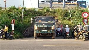 Nguy hiểm trên đường gom cao tốc Hà Nội - Bắc Giang