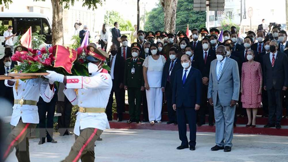 Chủ tịch nước Nguyễn Xuân Phúc đặt vòng hoa tại Tượng đài Chủ tịch Hồ Chí Minh ở thủ đô La Habana