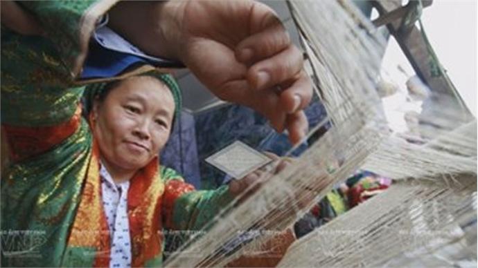 Linen weaving by Hmong ethnics in Dong Van