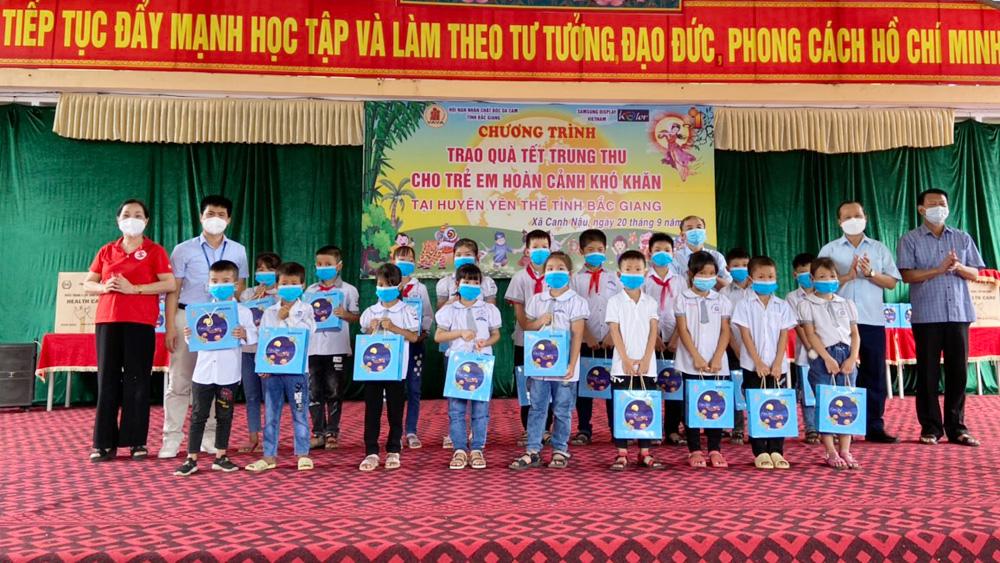 Phó Chủ tịch Thường trực UBND tỉnh Mai Sơn thăm, tặng quà Tết Trung thu cho trẻ em