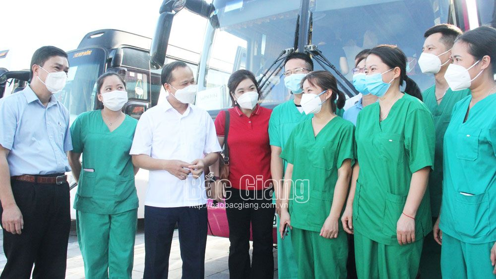 medical officials and staff, Bac Giang province, depart to support, Covid-19 fight, Ha Nam province, recent outbreak, industrial park
