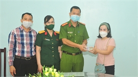 Đại úy Hoàng Thị Thanh Huyền trả lại 40 triệu đồng cho người đánh rơi