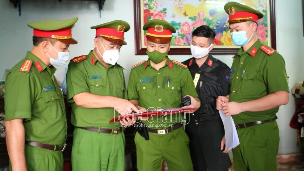 Lãnh đạo Phòng Cảnh sát điều tra tội phạm về ma tuý và Công an TP Bắc Giang bàn phương án tác chiến.