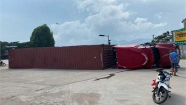 Xe container vào cua gấp bị lật nhào ở Lục Nam
