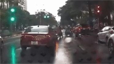 Ô tô tông liên hoàn vào đoàn người đang dừng chờ đèn đỏ