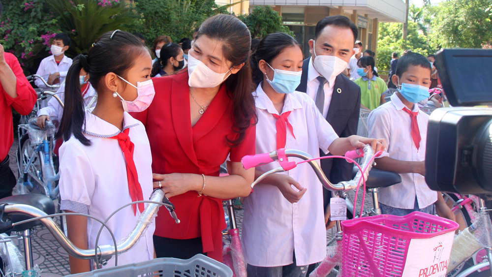 Bac Giang province, presents bicycles and scholarships, impoverished students, good academic result, Vietnam Prudential, Red Cross Society, Asian Hope Association, Dreams on the wings