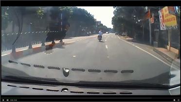 Rùng mình người đàn ông say xỉn vẫn phóng xe máy như bay trên đường