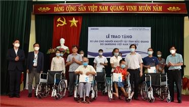 Công ty Samsung Việt Nam tặng 100 xe lăn cho người khuyết tật huyện Tân Yên và Yên Thế