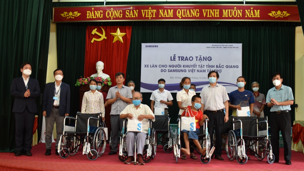 Samsung Vietnam presents 100 wheelchairs for disabled people in Tan Yen and Yen The